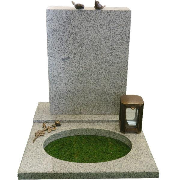 Gravstein Parva i lys grå granitt med bedplate og bronse